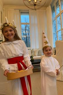 13. Dezember 2018  Am heutigen Tag wird in Schweden das Luciafest gefeiert. Die Feierlichkeit fällt seit 1752 auf den 13. Dezember - damals der kürzeste Tag des Jahres. Der Kerzenkranz auf Prinzessin Estelles Kopf erinnert an die heiligeLucia. Das Gewand - so interpretieren einige Quellen - symbolisiertLucias Jungfräulichkeit (weiß), die denMärtyrertod gestorben ist (roter Gürtel).