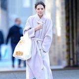 Mit weiter Jeans und gemütlichen Winterboots von UGG schlendert Katie Holmes über die Straße. Ihr heller Mantel scheint ein echtes Allround-Talent in Sachen Styling.