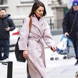 Beim Weihnachtsshopping trägt sie den Mantel in Kombination mit einer Jeans, schwarzen Ankle Boots und einem roten Pullover. Ein paar Tage zuvor trägt Katie Holmes ihren Lieblingsmantel in einer deutlich lässigeren Version ...