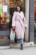 Weihnachtsshopping in New York: Katie Holmes zeigt sich bestens gelaunt beim Geschenke-Kauf in New York. Schon seit Tagen sieht man die Schauspielerin immer wieder in diesem hellen Wollmantel - offenbar das neue Lieblings-Kleidungsstück von Katie. Immer wieder kombiniert sie es anders ...