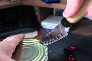 Life Hack: Konservendosen: So einfach lässt sich ein Zeitungsständer bauen