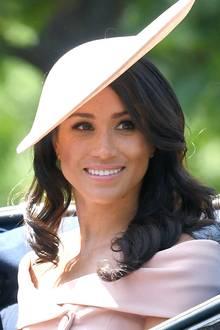 Die Spitzen in leichte Locken gelegt, die Haare seitlich gestylt - die Frisur von Herzogin Meghan eignet sich perfekt für einen Hut.