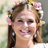 Für die Taufe ihrer Tochter setzt Prinzessin Madeleine einen Blumenkranz auf, der zusammen mit ihrem Lippenstift sommerlich-frisch wirkt.