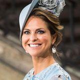 Fast schon kunstvoll drapiert Prinzessin Madeleine ihr Haar um ihren extravaganten Hut.