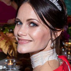 Für das Nobelpreis-Dinner setzt Prinzessin Sofia auf den Mega-Glow, den sie sich mit Highlighter auf den Wangenknochen und Metallic-Lidschatten oberhalb der Augen zaubert.