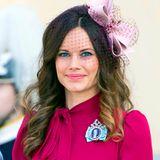 Statt zum royalen Hütchen greift Prinzessin Sofia bei der Taufe von Prinz Nicolas zu einer hübschen Haarschleife, die ihren rosaroten Look komplettiert.