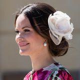 Ihren hübschen Chignon krönt Prinzessin Sofia mit einer großen Blume.