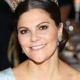 Ein leichter Eyeliner sowie etwas Bronze-Lidschatten geben Prinzessin Victoria einen glamourösen Ausdruck.