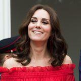 Sommerlich frisch kommt Herzogin Catherine mit leichten Locken zum Mittelscheitel daher.