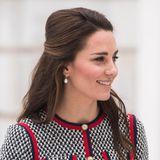 Indem sie die vorderen Haarpartien zu einem Zopf zusammennimmt und ihren Ansatz leicht auftoupiert, schafft Kate Extra-Volumen.