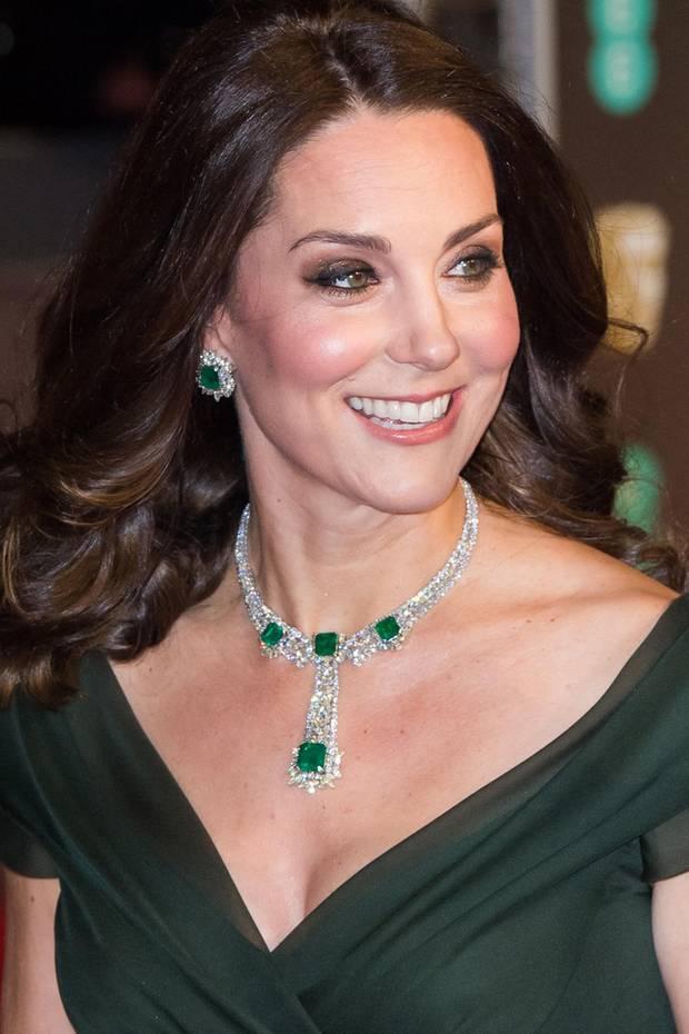 """Dieses ist der wohl wundervollste Auftritt von Herzogin Catherine. Meist schminkt sie sich ja ganz dezent, doch bei den """"British Academy Film Awards"""" legt sie einmal Glitzer und Schimmer auf. Toll!"""