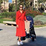 Von Winterbluse keine Spur: Anna Ivanovic schiebt ihren Baby-Sohn im roten Wickelkleid spazieren und genießt dabei das sonnige Wetter.