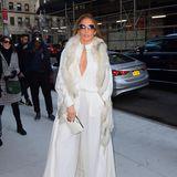 In einem schneeweißen Outfit erscheint JLo zu einer Veranstaltung in New York. Und obwohl die Sonne nicht scheint, trägt die Pop-Diva eine große Sonnenbrille.
