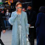 Das ist mal wieder eine modische Glanzleistung! Jennifer Lopez strahlt im glitzernden Overall mit den Fotografen um die Wette und beweist, dass Ton-in-Ton-Looks alles andere als Schnee von gestern sind.