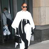 """Am selben Tag wird """"La Lopez"""" in einem glamourösen oversized Kleid mit Overknee-Boots und runder Sonnenbrille gesichtet."""