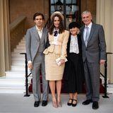 Ein Foto für das Familienalbum: Zusammen mit ihrem Ehemann James Righton (links) und ihren Eltern lächelt Keira für die Fotografen. Dass ihr Liebster keinen schwarzen Anzug trägt, und auch auf eine Krawatte verzichtet, scheint sie nicht zu stören.