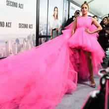 """Jennifer Lopez begeistert am Abend der """"Second Act""""-Premiere in New York in einerpinken Robe von Giambattista Valli, die es in sich hat. Schaut man über den Tüll-Schleier hinweg, kann man ihren Freund A-Rod erkennen, der begeistert Fotos macht."""