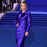"""Emily Blunt ist der Star des neuen """"Mary Poppins""""-Films. Sie verzaubert in einer blau-lila-glänzenden Robe, die sie vor dem blauen Teppich fast verschwinden lässt. Ob das so geplant war? Bei Mary Poppins kann man nie wissen..."""