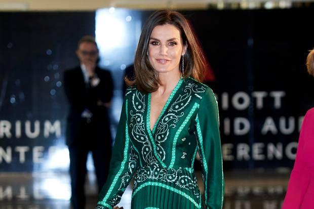 In einem grün-gemusterten Kleid von Sandro begeistert Königin Letizia in Madrid.