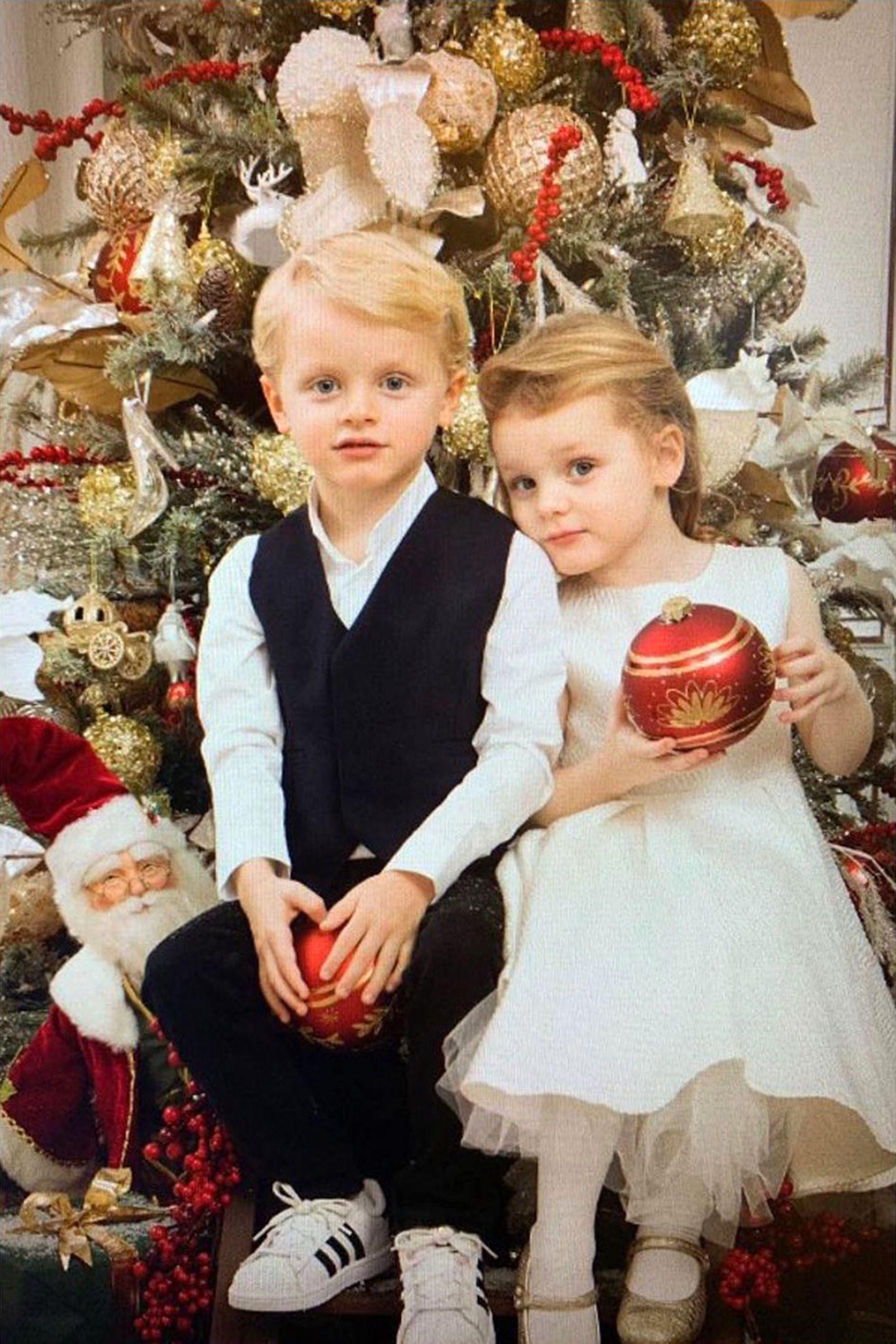Jacques und Gabriella scheinen fleißig zu helfen: Mama Charlène postet auf ihrem Instagram-Account dieses Foto ihrer Zwillinge unter dem Weihnachtsbaum. Während Jacques zu seinem Festtagsoutfit coole Adidas-Sneaker trägt, entscheidet sich Gabriella für klassische Schläppchen.
