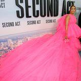 Die Designer-Robe betont die Taille von Jennifer Lopez und macht sie – dank der langen Schleppe – zum absoluten Hingucker auf der Premieren-Party.