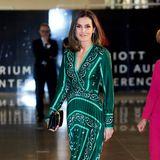 Wow! Die sonst so dezent elegant gekleideteKönigin Letizia zeigt sich bei einem Kongress in Madrid in einem ganz neuen Look. Das smaragdgrüne Seidenkleid von Sandro ist mit seinen Verzierung nicht nur ungewöhnlich für den spanischen Royal, sondern mit ca. 295Euro sogar fast ein Schnäppchen.