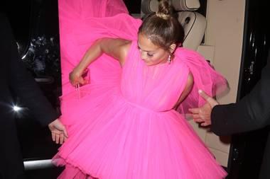 Einfach zu handeln ist die XL-Schleppe jedoch nicht: Beim Aussteigen aus der Stretch-Limousine kämpft Jennifer Lopez mit ihrem Kleid und muss sich von derSecurityhelfen lassen.