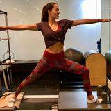 In der farbigen Tights treibt auch Ana Ivanovic Sport. Sie steht darin auf dem Reformer und übt sich im Pilates.