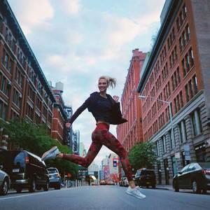 """Karlie Kloss scheint nur so durch New Yorks Straßenzu fliegen. Zum Joggen schlüpft sie in die """"Believe This""""-Leggings von Adidas. Die Hose mit dem graphischen Camouflage-Print istzum Jahresende 2018 DER Trend unter allen Fitnessgirls."""
