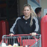 Neben einer Kiste voller Früchte hat die ehemalige Tennisspielerin Anna Kournikova ihren Einkaufswagen mit zahlreichen alkoholischen Getränken gefüllt. Steht da etwas eine Party an?