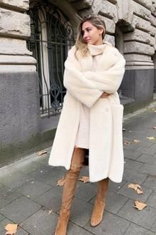 Vom Braunbär zum Eisbär: Ann-Kathrin Götze kann von kuscheligen Teddy Coats einfach nicht genug bekommen und präsentiert sich auf einem Instagram-Schnappschuss in einem weißen Exemplar. Darunter hüllt sie sich in ein warmes Strickkleid mit Rollkragen und kombiniert dazu kamelfarbene Overknees, die ihre schönen Beine so richtig in Szene setzen!