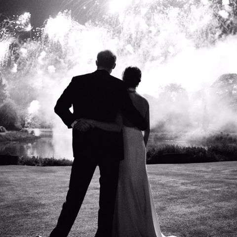 14. Dezember 2018  Ihre Liebe ist wie ein Feuerwerk! So zumindest sieht es auf dem Motiv der Weihnachtskarte aus, die Prinz Harry und Herzogin Meghan ihren Freunden und Verwandten in diesem Jahr schicken. Den romantischen Augenblickfestgehalten hat der Fotograf Chris Allerton während der Hochzeitsfeier im Mai, und der Kensington Palast teilte das Bild nun auf Twitter.