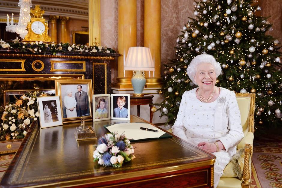 Die Weihnachtsansprache der Queen schaut die Familie zusammen im Fernsehen.