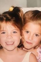 Prinzessin Eugenie erinnert mit ihrem Post an schöne Momente ihrer Kindheit: Mit ihrer Schwester Prinzessin Beatrice (rechts) wird fröhlich in die Kamera gegrinst.