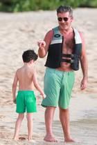 13. Dezember 2018  Wie der Papa, so der Sohn: Simon Cowell lässt es sich mit seiner Familie am Strand von Barbados gut gehen, im grünen Badehosen-Partnerlook mit Sohnemann Eric selbstverständlich.