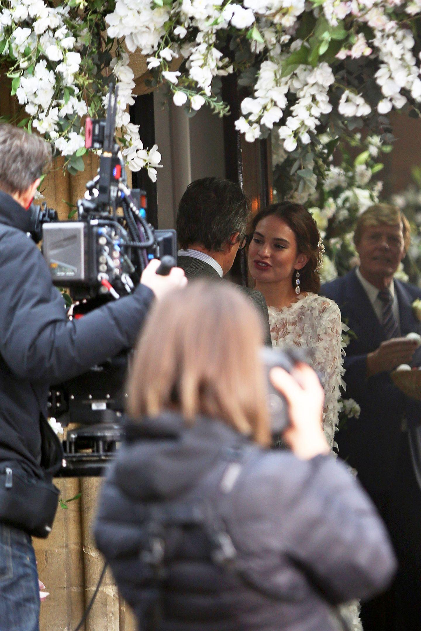 """Und sie ist die Braut! """"Liebe Juliet""""-Star Lily James scheint in dem Charity-Kurzfilm die Tochter von Charles alias Hugh Grantzu spielen. Wir dürfen also gespannt sein, wie die Geschichte weitergeht. Am Red Nose Day, dem 15. März 2019 werden wir es erfahren."""