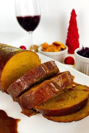Der vegane Braten besteht aus Seitan und hat eine rauchige Note. Zusammen mit einer Bratensauce und garniert mit Walnüssen ist er perfekt für Weihnachten geeignet.