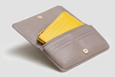 In unserer XL-Handtasche müssen die Dinge einfach schnell auffindbar sein. Und wenn sie dabei auch noch schick aussehen - doppelt gewonnen. So wie die Produkte von Akkemi.Das kleine Innenfach lässt sich herausnehmen, sodass es perfekt in die kleine Handtasche passt und man trotzdem immer das Wichtigste dabei hat. Das großePortemonnaie ist der perfekte Begleiter für den Alltag. Und das Allerbeste: Made in Munich! Zweifarbige Portemonnaies, ab 129 Euro über akkemi.com.