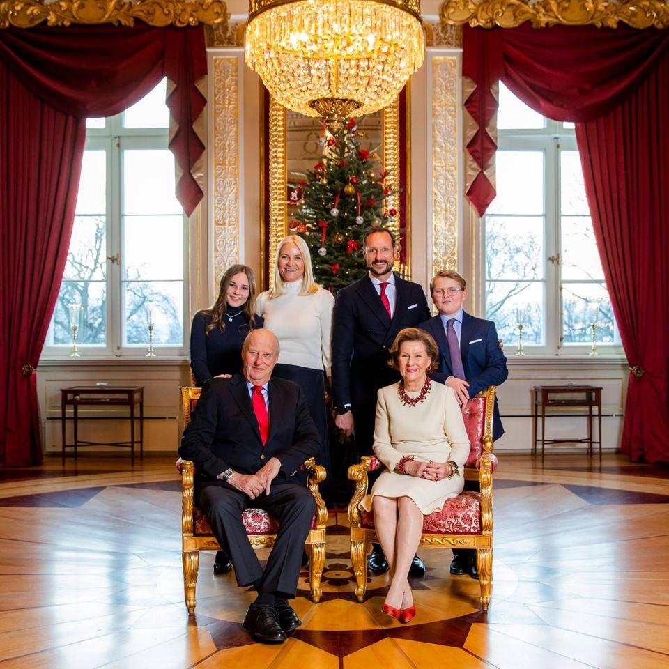 14. Dezember 2018  Kronprinzessin Mette-Marit und Kronprinz Haakon posieren mit Prinzessin Ingrid Alexandra, Prinz Sverre Magnus sowie König Harald und Königin Sonja für den Fotografen.