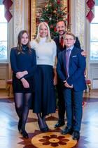 14. Dezember 2018  Dasnorwegische Kronprinzenpaar veröffentlicht die offiziellen Weihnachtsbilder. Im Hintergrund von Prinzessin Mette-Marit, Prinz Haakon und ihren Kindern Prinzessin Ingrid Alexandra und Prinz Sverre Magnusist der festlich geschmückte Christbaum zu sehen.