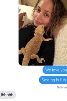 """14. Dezember 2018  Seit 2010 sind Nicole Richie und Joel Madden nun schon verheiratet. Damit es in der Beziehung nicht langweilig wird, setzt dieTochter von Lionel Richie auf Sexting - aber kann man das in diesem Fall wirklich so nennen? Einige würden jetzt wohl vermuten, dass Nicole ihrem Liebsten heiße Fotos aufs Smartphone schickt, aber nein: Es ist Foto mit einem Leguan, der ihr halb imGesicht sitzt. """"Sexting macht Spaß"""", schreibt sie und Joel antwortet """"Uuuuh"""". Fans müssen bei diesem tierischen Nachrichtenverlauf jedenfalls herzlich lachen."""