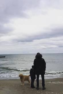 """Das Schauspielpaar Alexandra Maria Lara und Sam Riley lässt sich vom Dezemberwetter nicht abschrecken und verbringteinen Tag an der See. Mit von der Partie ist der gemeinsame Sohn Ben und natürlich der Vierbeiner der Familie. """"Ich liebe meine zwei Jungs"""", schreibt Alexandra. Dieses Bild hat definitiv Seltenheitswert, denn normalerweise halten die zwei Schauspieler ihr Familienleben privat."""