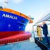 """Und das ist der Grund für Máximas Strahlen, sie tauft nämlich im Hafen von Rotterdamm ein großes Baggerschiff auf den Namen """"Vox Amalia"""", dem ihrer ältesten Tochter Prinzessin Amalia."""