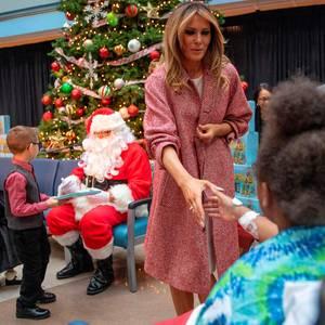 Weihnachten im Krankenhaus:First Lady Melania Trump besucht das Children's National Hospital in Washington, und hat sich dafür als 1A-Weihnachtsfrau gestylt.