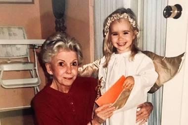 Lily Collins  So ein süßer Weihnachtsengel! Mit diesem niedlichen Schnappschuss zusammen mit ihrer Großmutter bringt die 29-Jährige ihre Instagram-Follower in Festtagsstimmung.