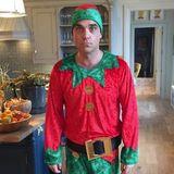 Gestatten, Robbie der Weihnachtself! So richtig glücklich scheint Mr. Williams in seinem Elfen-Kostüm aber nicht zu sein. Aber vielleicht kommt die Festtagsstimmung erst noch.
