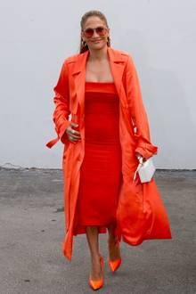 Hier knallt's aber ganz schön! Jennifer Lopez hat sich für einen Talkshow-Besuch eine Outfit-Kombi ganz in leuchtendem Orange ausgesucht. Mit seidigem Trenchcoat, sexy Bustierkleid und den passend schrillen High Heels ist der Superstar garantiert nicht zu übersehen.