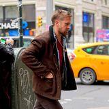 14. Dezember 2018  Kreisch! Ist das etwaRyan Gosling? Allerdings, aber so schnell, wie er auf dem Weg zu einer Autogrammstunde in New York vor den Kameralinsen der Paparazzi aufgetaucht ist, ist der Schauspieler auch schon wieder verschwunden. Schade!