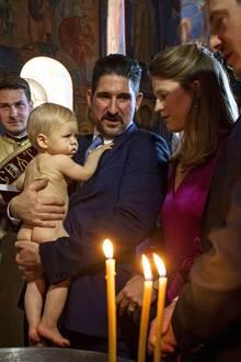 Auf dem Arm seines Onkels und Taufpaten Prinz Alexander beruhigt sich der bezaubernde Schreihals sofort wieder.