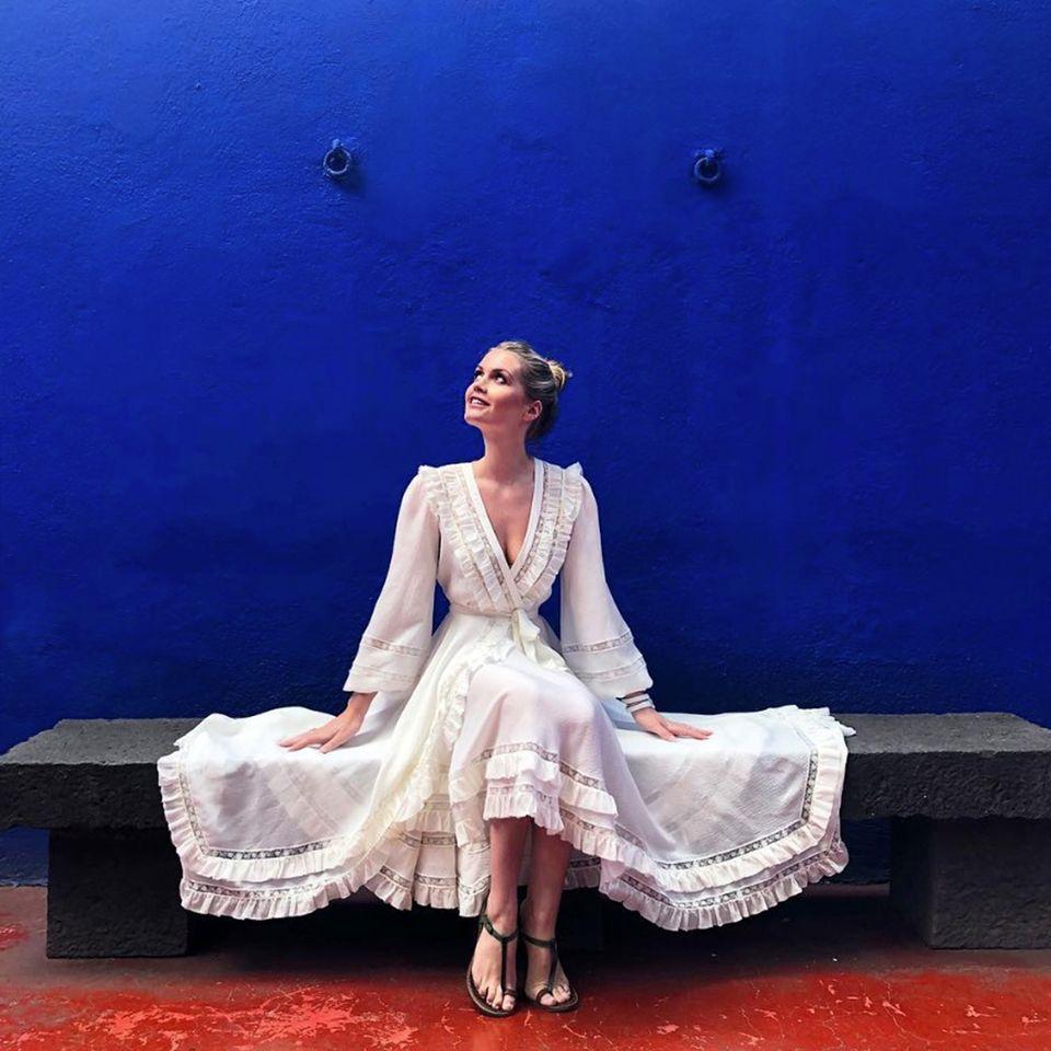 La Casa Azul, das blaue Haus trägt seinen Namen nicht umsonst!DasHeim von Frida Kahlo und Diego Riviero dient Lady Kitty Spencer bei ihrem Besuch in Mexiko-Stadt nicht nur als Inspiration, sondern auch als Kulisse, vor der ihr romantisches Sommerkleid von Zimmermann wunderbar zur Geltung kommt.
